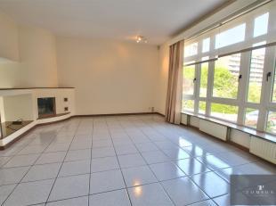 AUDERGHEM LIMITE BOISFORT - Schitterend huis van ± 220 m² bestaande uit een hal, een ruime woon- en eetkamer, een volledig ingerichte open