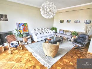 GEORGES - HENRI - In gebouw van karakter, prachtige flat van ± 120 m ² op de 3de verdieping en bestaande uit: foyer van ingang, salon / ee