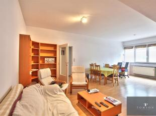 EEG / SCHUMAN- Mooi gemeubileerd appartement op de 1ste verdieping van ± 80m² gelegen in een gebouw bestaande uit: woon / eetkamer van &pl