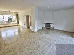 CHANT D'OISEAU - A voir absolument ! Superbe maison 3 façades de ± 250 m² et comprenant : vaste hall d'entrée, salon / salle