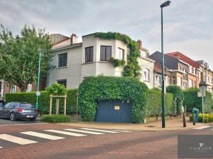 PLAATS DUMON / STOCKEL: Prachtig huis met 3 gevels van ± 150 m² en bestaande uit: inkomhal, salon / eetkamer, volledig ingerichte keuken,