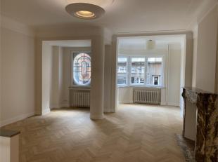 CAMBRE - LOUISE - Ruim appartement met twee slaapkamers op de eerste verdieping in een huis in art-decostijl. Samengesteld als volgt: mooie woon- / ee