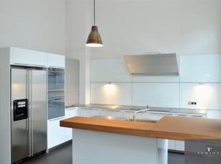 COLONNE DU CONGRES : Superbe appartement triplex de ±600m² entièrement rénové comprenant : Rez-de-chaussée de
