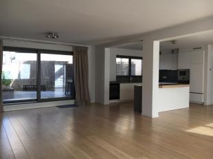Prachtig appartement van 139m2 in een nieuw gebouw op amper 1 km van het Dumonplein en UCL, bestaande uit een inkomhal met geblindeerde deur, vestiair