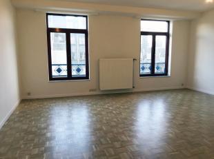 Kunst-Wet / Madou. Mooi appartement volledig gerenoveerd en licht. 2 slaapkamers. Grote inkomhal + vestiaires, woonkamer met ingerichte keuken, nachth