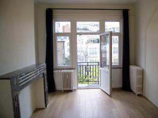 Bareel van Sint-Gillis. Mooi appartement in een karaktervol gebouw. 2 slaapkamers, 1 badkamer, mooie woonkamer, volledig uitgeruste keuken, wasplaats,