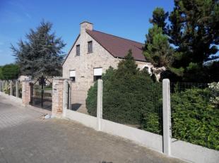 Rustig gelegen VILLA, open  bebouwing, met 4 slaapkamers, 2 garages op 10 are in residentiële buurt.<br /> Indeling: Inkom, apart wc, bureel/slaa