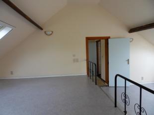 Gezellig DAKAPPARTEMENT met 2 slaapkamers gelegen op de 1ste verdieping. Indeling: gelijkvloers: inkom, wasplaats;<br /> verdiep: ingerichte keuken, v