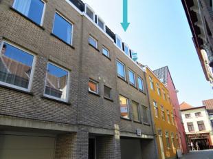 Vlakbij de Onze-Lieve-Vrouwekerk vinden we dit perfect onderhouden appartement. Indeling: ruime inkomhal met vestiaire, mooie leefruimte met zicht op