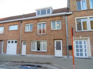 Te renoveren woning met veel potentieel. Totale grondoppervlakte: 307 m². Omvat o.a.: grote inkomhal, open ingedeelde living met keuken en extra