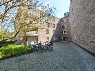 Het appartement situeert zich op de derde verdieping van een achterin liggend appartementsgebouw.<br /> Vanuit de keuken heeft men daardoor een mooi u