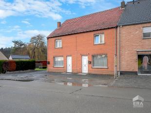 Opbrengsteigendom bestaande uit twee degelijke woningen met naastliggende bebouwbare grond met mooie straat breedte van circa 32 meter, gelegen in het