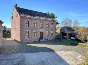 Uniek gelegen historische hoeve met bijgebouwen en omliggende gronden ten midden van de idyllische dorpskern van Kortenaken, mooi open zicht naar acht