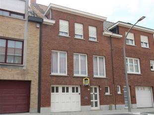 Op te frissen rijwoning op wandelafstand van het stadscentrum van Kortrijk.<br /> De woning ligt nabij tal van belangrijke invalswegen, buurtwinkels,