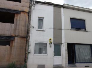 Rijwoning met 3 slaapkamers gelegen in het centrum van Kortrijk. De woning beschikt over een woonkamer, keuken, kelder, badkamer en 3 slaapkamers.<br
