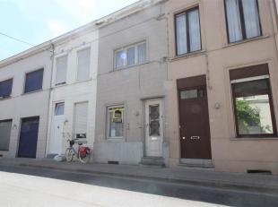 In het centrum van Kortrijk kunt u deze te renoveren woning terug vinden. <br /> De woning ligt naast tal van buurtwinkels, winkelcentra, openbaar ver