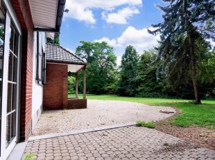 Située en zone verte, dans le village de Ghlin, au nord-ouest de Mons, nous vous proposons cette belle villa dans son superbe écrin de v