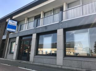 Handelspand met bovenliggend duplexappartement gelegen langsheen de N10, vlak in het centrum van Berlaar-Heikant en dus op wandelafstand van openbaar