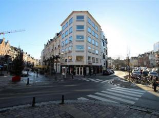 TE HUUR - Ideaal gelegen kantoorruimte met handelsgelijkvloers met zicht op de historische gebouwen, de 3 torens en de Reep te Gent.<br /> Gebouw met
