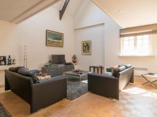 Cet appartement duplex  fait partie de la résicence De Steeghere et dispose d'un accès privatif complet via la rue la plus étroit