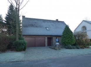Verrassend ruime woning met mooie tuin op het Hollands Veld, zeer gunstig gelegen. Winkels, scholen en het stadscentrum zijn op wandelafstand en de op