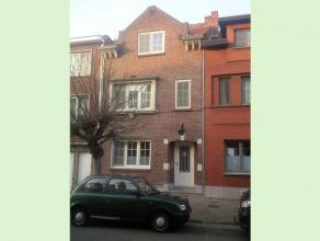 Knusse stadswoning te Hasselt. Deze authentieke rijwoning bestaat uit drie slaapkamers, een ingerichte keuken en badkamer, living en een berging. De v