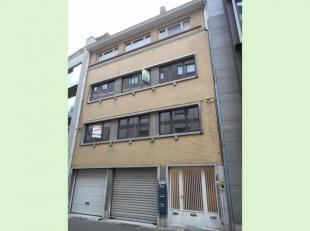 Dit appartement ligt in het centrum van Hasselt en bestaat uit een living met open keuken, berging, apart toilet en 1 slaapkamer met aangrenzende badk