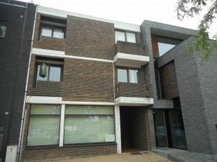 Dit gunstig gelegen appartement op de 1ste verdieping bestaat uit een living, keuken, 2 slaapkamers, een badkamer en een toilet.<br /> Ook is er een g
