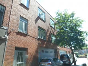 Dit appartement op de 2de verdieping ligt op wandelafstand van Hasselt centrum, net buiten de kleine ring.<br /> Het bestaat uit een living, keuken, b