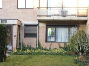Dit mooie gelijkvloerse appartement te Hasselt bestaat uit een inkomhal, living, keuken, berging, toilet, badkamer, 2 slaapkamers en een terras.<br />
