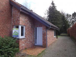 Half open bebouwing te Helchteren met 2 slaapkamers, ingebouwde keuken en badkamer, living, zolder, garage en terras.