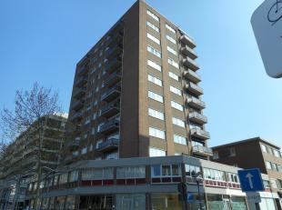 Dit gemeubelde appartement ligt op de 9de verdieping en bestaat uit een inkomhal, living, keuken, badkamer en 2 slaapkamers en een terras.<br /> Er is