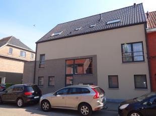Dit mooie duplexappartement te Hasselt bestaat uit een inkomhal, living, keuken, berging, toilet, wasplaats, badkamer, 3 slaapkamers en 2 terassen.<br
