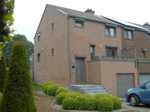 Deze gunstig gelegen HOB te Hasselt bestaat uit een inkomhal, living met open keuken, veranda, 3 slaapkamers, badkamer, garage, kelder en tuin met ter