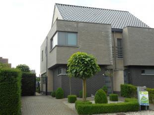 Moderne eigentijdse woning in het centrum van Heusden.<br /> Deze halfopen bebouwing heeft drie slaapkamers, een ingerichte keuken en badkamer, living