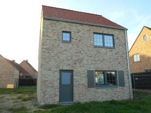 Deze gerealiseerde nieuwbouwwoning is gelegen te Linde-Peer, Grotstraat 10, tegenover de basisschool, in een rustige en landelijke omgeving op slechts