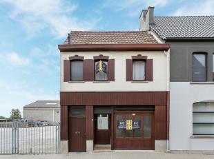Deze leuke op te frissen/renoveren woning omvat:<br /> - op het gelijkvloers: inkomhal, living en de keuken<br /> - op de verdieping: 2 slaapkamers en