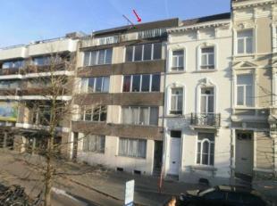 <br /> Vrij - te bezichtigen via kantoor<br /> <br /> Dakappartement, 59 m², 4de verdiep, bestaande uit: inkom-/nachthal, living, keuken (spoelta
