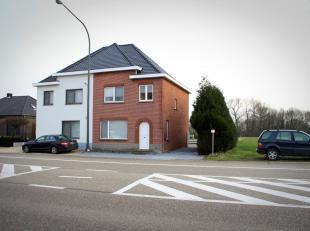 Vrij - te bezichtigen via kantoor.<br /> <br /> Woning, half open bebouwing, 131 m², met op gelijkvloers inkomhal met wc-ruimte, zitplaats, eetka