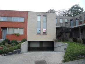 Vrij - te bezichtigen via kantoor.<br /> <br /> Instapklaar appartement, 85 m², gelijkvloers, met hal, living, keuken (keukenkasten, spoeltafel,