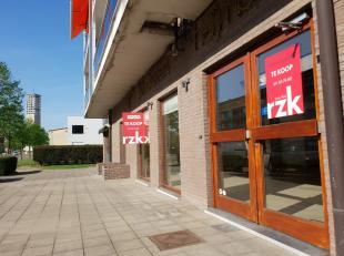 Gelijkvloers handelspand (127m²), commercieel goed gelegen in de Banneuxwijk, een zijstraat van de Genkersteenweg en op 5 minuten van het centrum