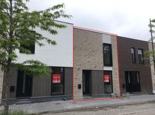 Beschikbaar - te bezichtigen via kantoor.<br /> <br /> Instapklare nieuwbouwwoning, 137 m², gelijkvloers en 1ste verdiep, met op gelijkvloers: in