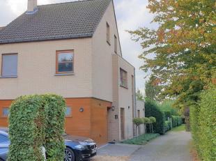 Deze knappe woning met 4 slaapkamers aan de Luikersteenweg is een buitenkans voor gezinnen! Hier woon je namelijk in de buurt van groen maar ook van d