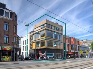 Uitzonderlijk commercieel gelegen winkelpand (ca. 100 m²) in een volledig gerenoveerd authentiek karaktervol art-deco gebouw.