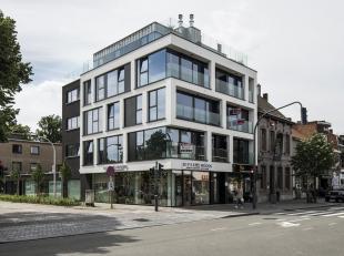 Beschrijving:<br /> Het commercieel gelijkvloers is gelegen in een nieuwbouwproject en heeft een schitterende visibiliteit en hoogwaardige inrichting.