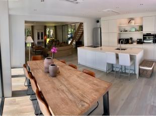 Deze villa werd volledig gestript en gerenoveerd in 2018-2019.<br /> Nieuw dak, ramen, vloeren, badkamers, keuken, terras, elektriciteit,...<br /> I