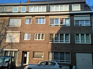 Instapklaar appartement 3e verdieping links gelegen nabij de Maastrichtersteenweg.  Bestaande uit hall, living, nieuw geïnstalleerde keuken (kast