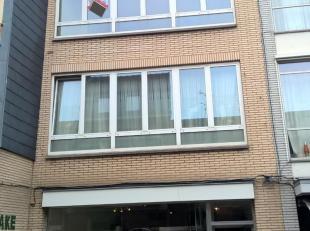 Instapklaar appartement 2°Verdieping gelegen in het centrum. Bestaande uit hall, living, keuken (kasten, enkele inox afwasbak, keramische kookplat