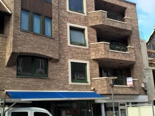 Ruim en luxueus afgewerkt appartement 1°Verdieping rechts (tot. bewoonbare opp. : 121 m²) gelegen in het centrum. Bestaande uit: hall, apart