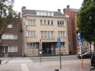 Instapklaar appartement gelijkvloers rechts gelegen in het stadscentrum. Bestaande uit hall, apart toilet, living, keuken (kasten, afwasbak, keramisch